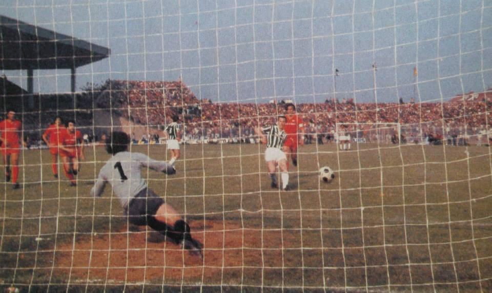 Serie_A_1981-82_-_Catanzaro_vs_Juventus_-_Rigore_di_Liam_Brady